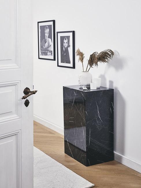 Zimmer Design Ideen Flur mit Marmorstein und Bildern an der Wand