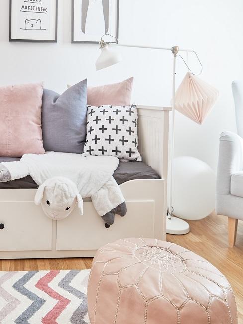 Luxus Kinderzimmer mit einem weißen Bett mit vielen Kissen und einer Stehlampe, Wanddeko über dem Bett und einem Teppich davor in Weiß-Rosa-Hellblau