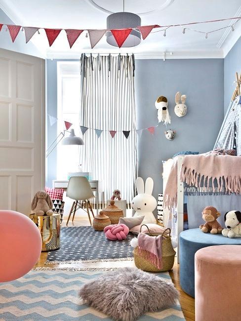 Kinderzimmer in Blau mit viel Spielzeug und Deko Accessoires in Rosa