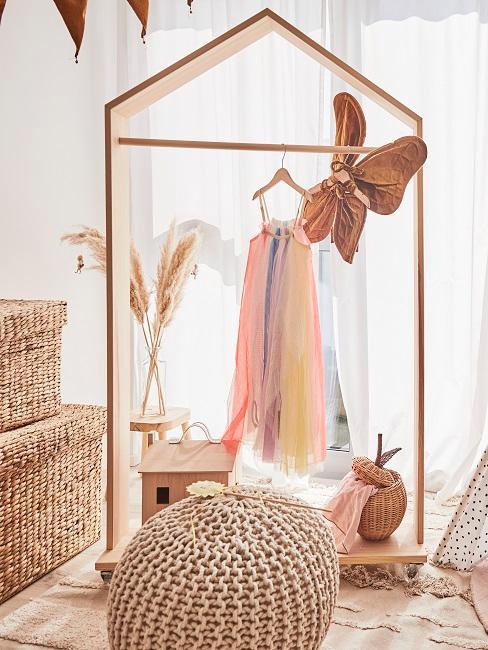Luxus Kinderzimmer mit einer hochwertigen Garderobe aus Holz, daneben schöne Aufbewahrungsboxen aus Korb