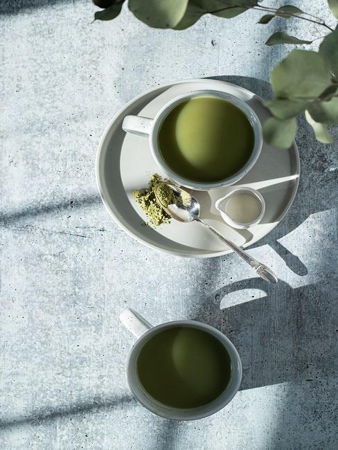 Teezeremonie selber machen mit Matchatee in weißen Tassen