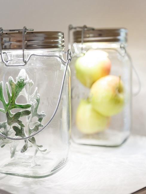 Sonnengläser mit Äpfeln und Kräutern gefüllt