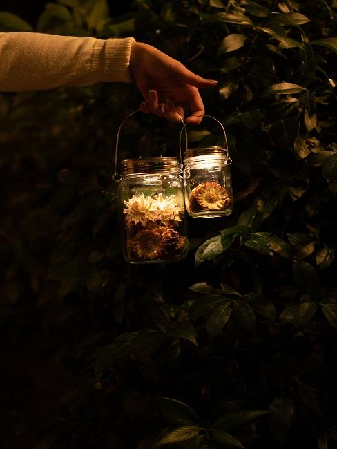 Frühlingsdeko im Glas am Abend mit Licht.