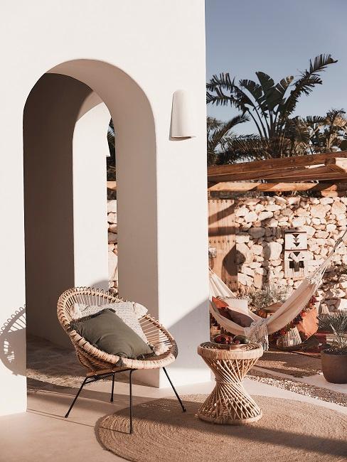 Kolonialstil Outdoor Stuhl und Tisch aus Rattan und im Hintergrund eine Hängematte