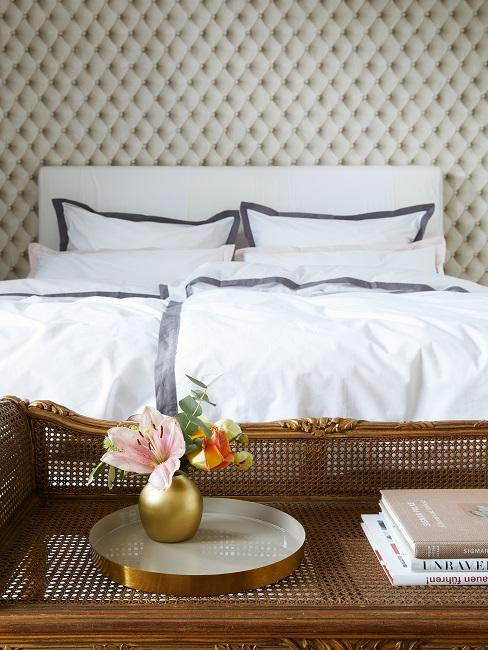 Designer Schlafzimmer mit goldener Bank mit Deko