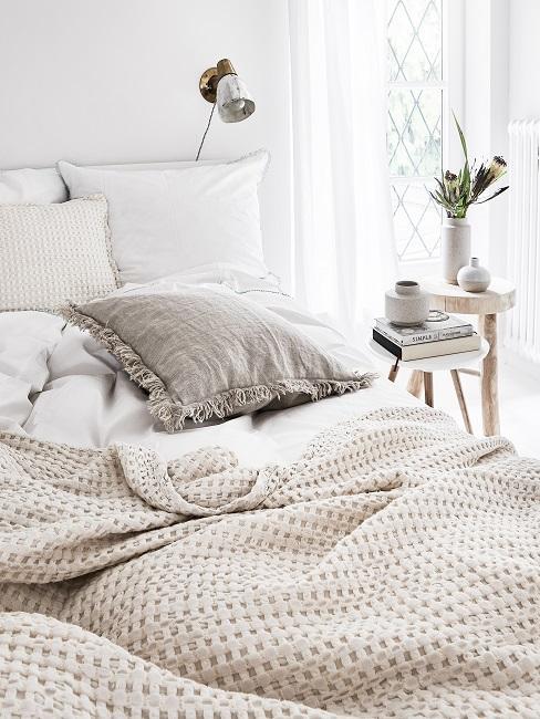Hygge Bett mit Leinenkissen, Wollplaid und Holzhocker