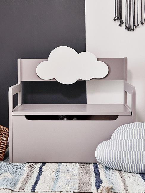Graue Sitzbank mit Wolke