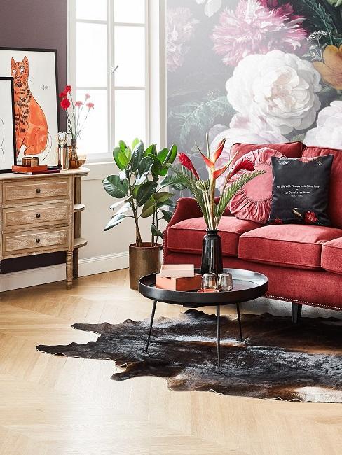 Wohnzimmer mit rotem Sofa