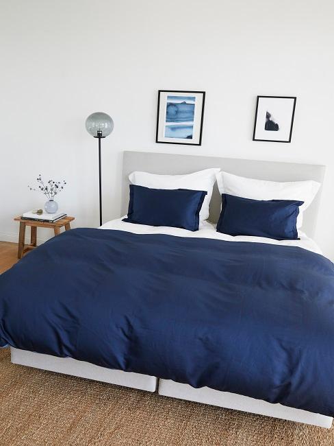Schlafzimmer im maritimen Stil mit blauer Bettwäsche