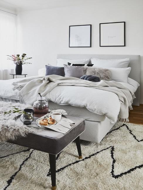 Scandi Schlafzimmer mit grafischem Teppich