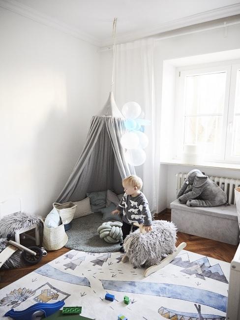 Skandinavisches Kinderzimmer mit grauem Tipi