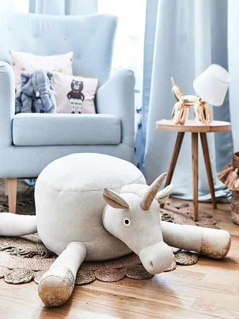 Kuscheltier vor blauem Sessel im Scandi Style