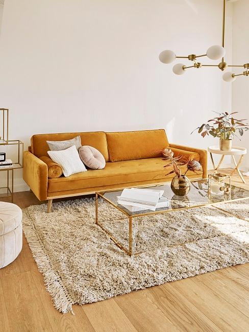 Cremefarbenes Wohnzimmer mit gelben Sofa