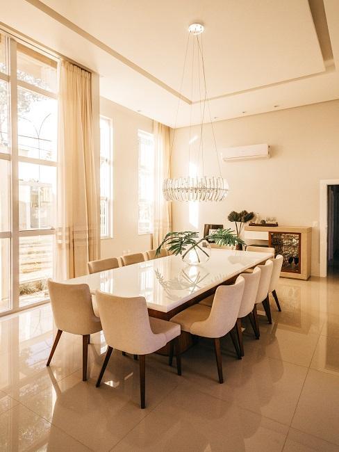 Designer Esszimmer in Weiß mit extravaganter Leuchte