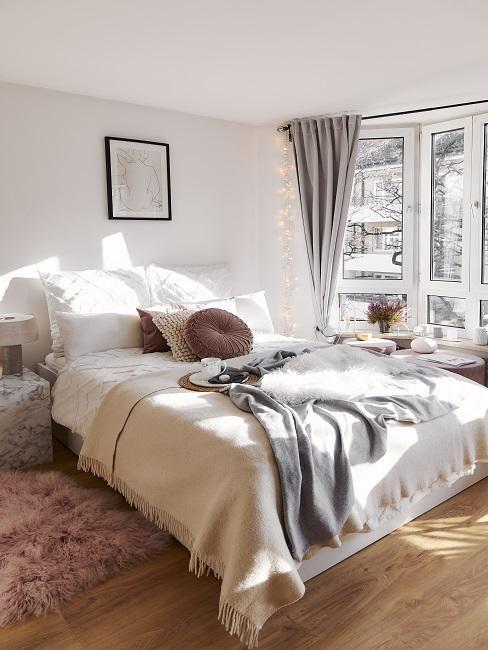 Bett mit Kissen, Plaid, Lammfell
