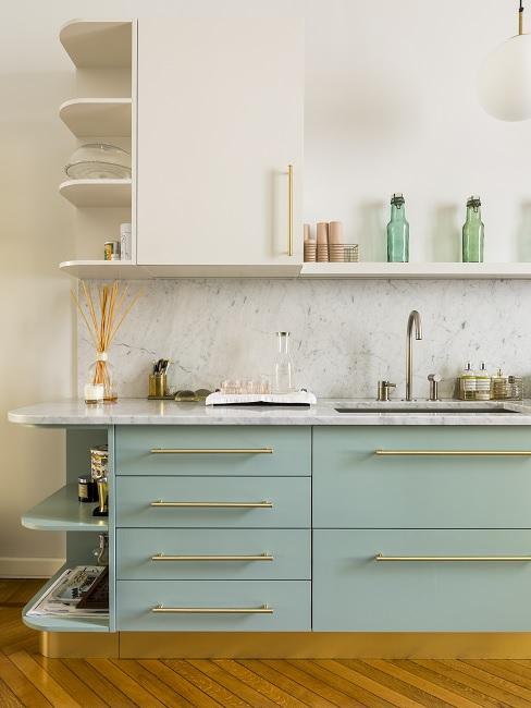 Mintgrüne Design Küche mit Weiß und Marmor