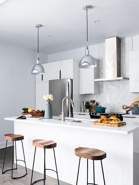 Kleine Design Küche in Weiß mit Hockern aus Holz