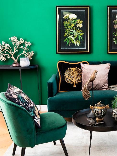 Grüne Wand mit dunkelgrünen Möbelstücken