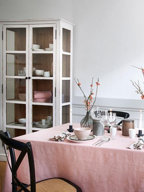 Esszimmer im Landhausstil mit rosa Tischdecke