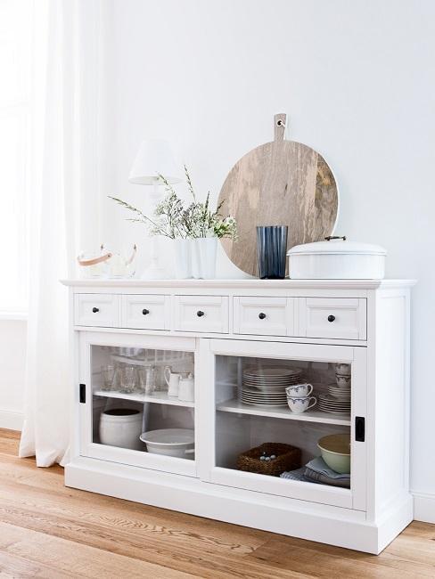 Weißes Sideboard im Landhausstil