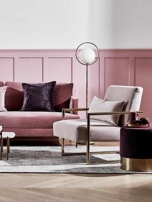 Pastellrosa Wand in Wohnzimmer mit rosa Sofa, Sessel und beerenfarbigen Kissen