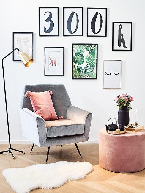 Gallery Wall hinter Sessel, Stehlampe und Pouf