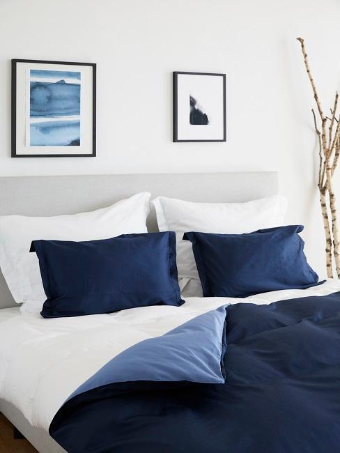Maritimes Schlafzimmer mit blauer Bettwäsche