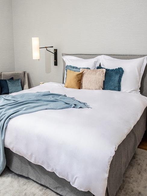 Schlafzimmer mit hellgrauer Wand