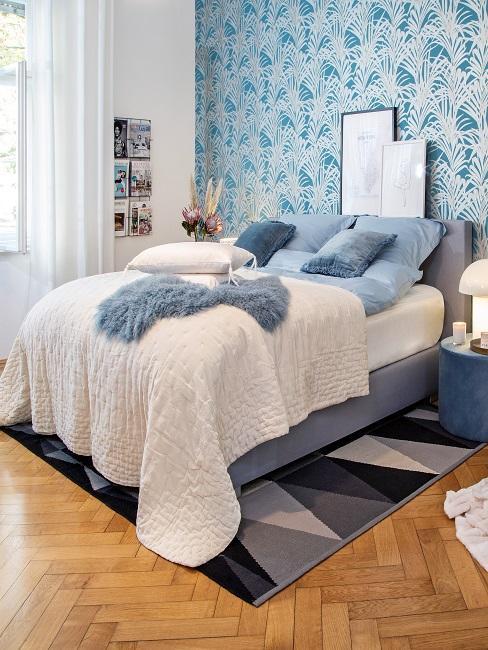 Blaues Schlafzimmer mit Bett