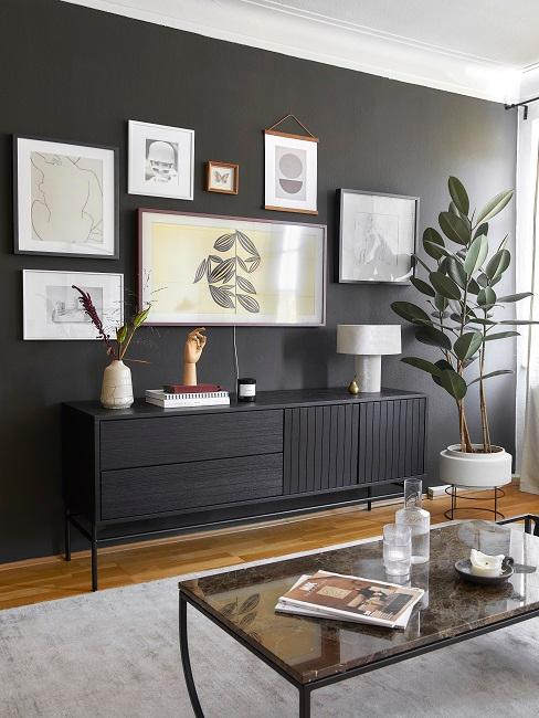 Schwarze Wand mit Bildern und schwarzem Sideboard