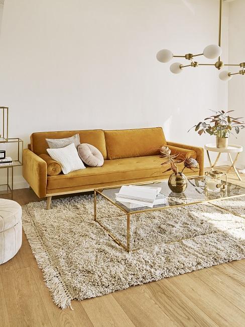 Wohnzimmer mit weißer Wandfarbe, gelbem Sofa, beigen Teppich und Pendelleuchte