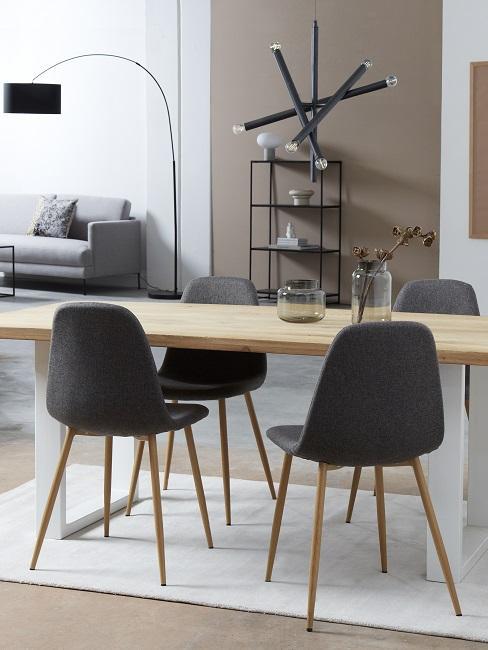 Helle Wandfarben Beige im Esszimmer mit schwarzen Stühlen, Leuchten, Regal und hellem Holztisch