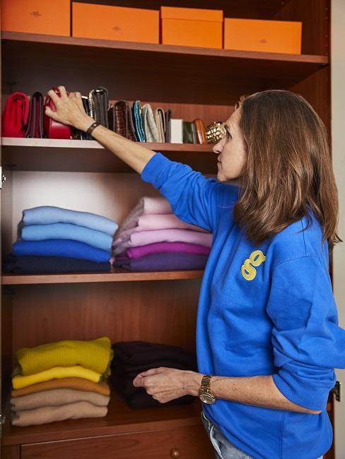 Frau vor offenen Kleiderschrank