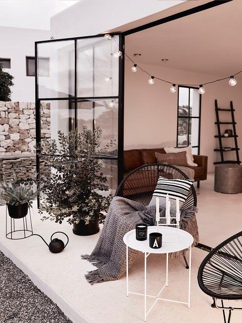 Schöne Terrasse in Schwarz-Weiß