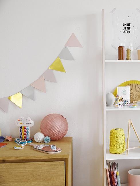 Bunte Wimpelkette aus Kunststoff im Kinderzimmer