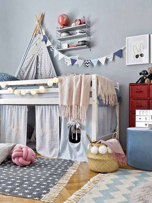 Schönes Kinderzimmer in Blau mit Wimpelkette, Hochbett, Tipi und Deko