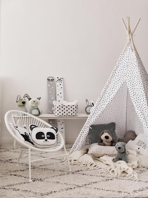 Tipi mit Kuscheltieren, Stuhl und Teppich im Spielzimmer