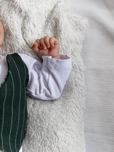Babyhand auf weicher Decke