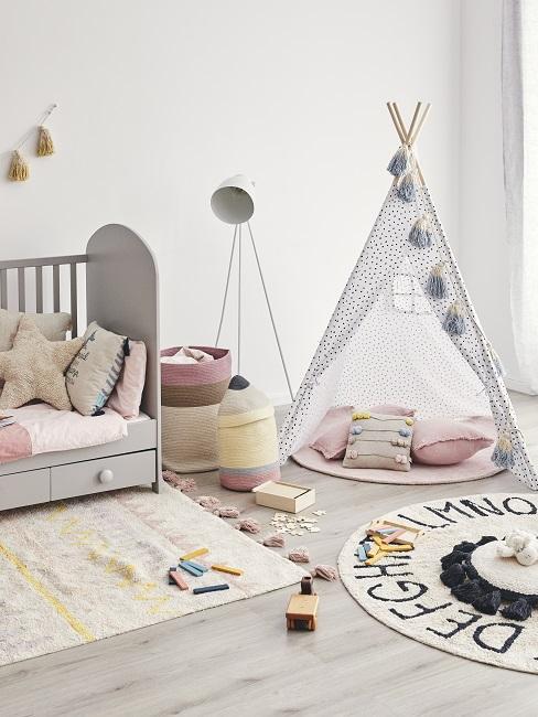 Stehlampe als Kinderzimmer Beleuchtung neben Bett und Kuschelzelt