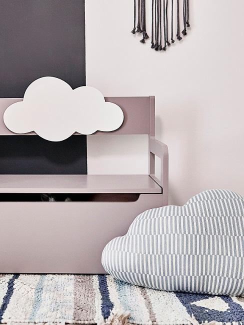 Graue Sitzbank mit Wolkenmotiv