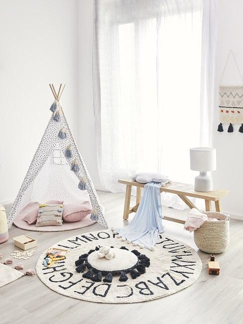 Weißes Kinderzimmer mit Tipizelt, Teppich und Sitzbank