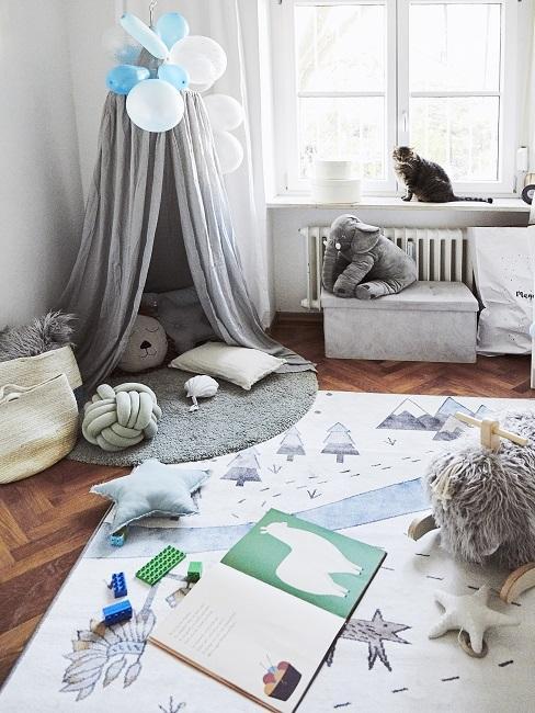 Kinderzimmer in Grau mmit Baldachin, Kuschelkissen und Spielteppich