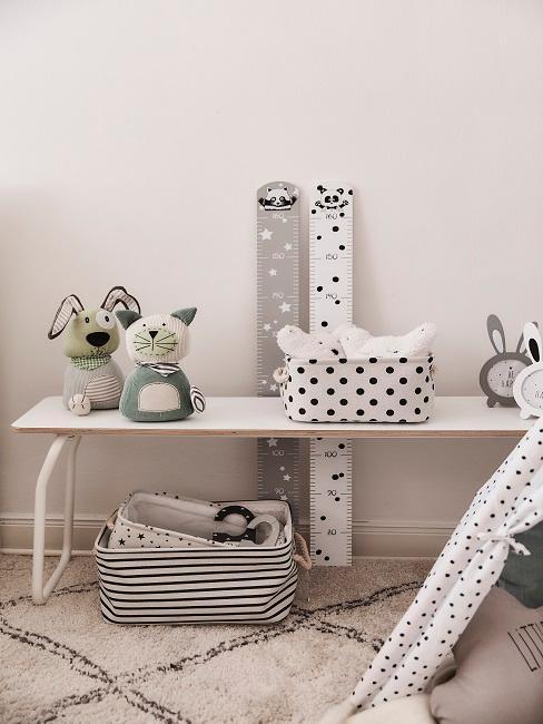 Aufbewahrungskörbe in Schwarz-Weiß auf Sitzbank im Kinderzimmer