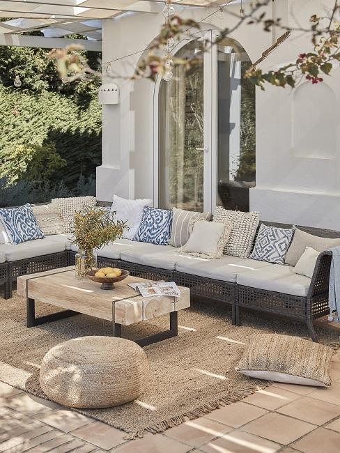 Outdoor Trend modulare Möbel auf Terrasse mit Kissen, Juteteepich und Couchtisch