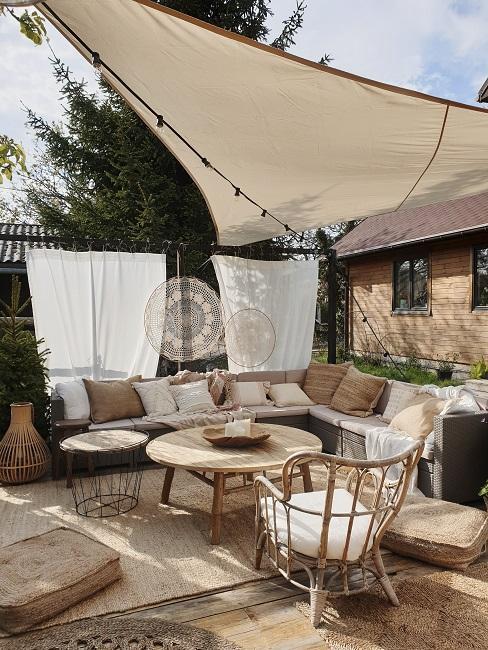 Outdoor Wohnzimmer mit Überdachung, Loungemöbeln und Outdoor Teppich