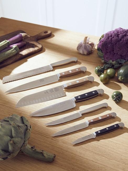 Messer liegen nebeneinander auf Kochplatte
