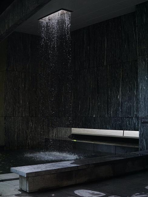 Begehbare Dusche in Schwarz mit Regenwalddusche