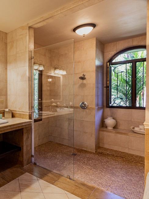 Begehbare Dusche in Braun