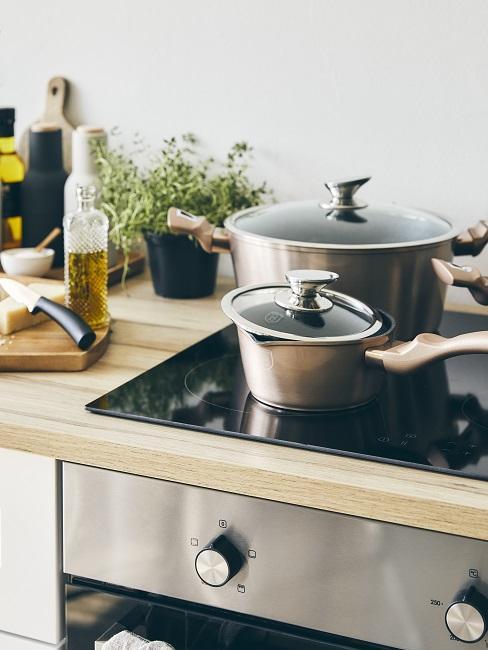 Zwei Töpfe als Grundausstattung für die Küche