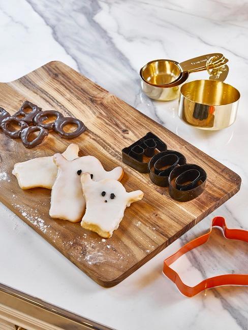 Halloween Kekse in Form von Geistern in der Küche